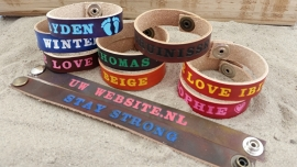 Gekleurde Armbanden, Gekleurde Letters