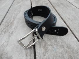 Lederen riem 2 cm zwart met gaatjes