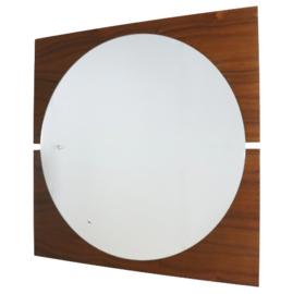 Ronde spiegel op houten achterwand