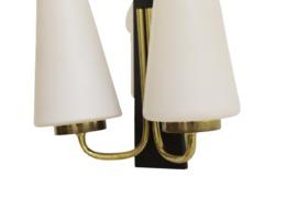 Wandlamp met twee melkglazen kapjes
