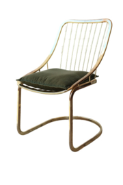 Messing kleurige stoel + groen kussen