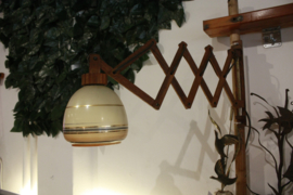 Houten schaarlamp met glazen kap