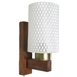 Vintage houten wandlamp met melkglas kap