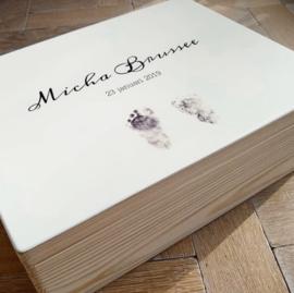 Een herinneringskist met de voetafdrukjes van sterrenkindje Micha