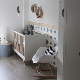Babykamer met natuurlijke kleuren en materialen