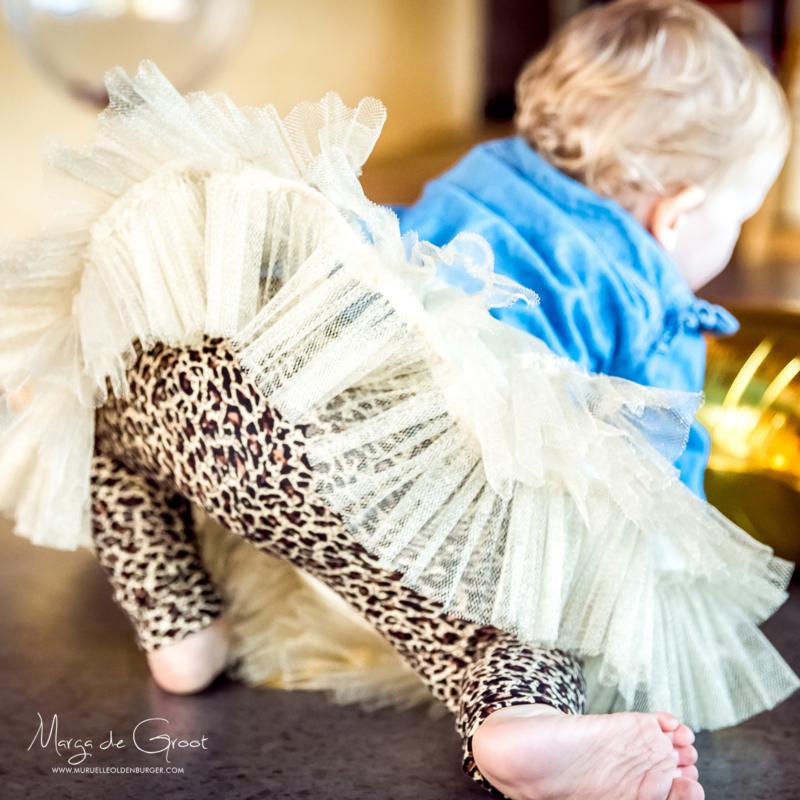 Stoere & meisjesachtige verjaardagsoutfit: Gouden tutu gecombineerd met panterprint en spijkerstof