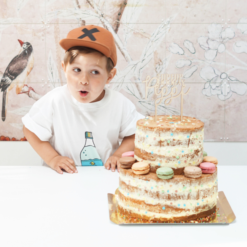 De verjaardagstaart voor de zoon van MissJettle | Taarttopper met naam op naked cake van jeEigenTaart.nl