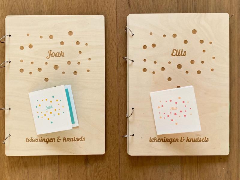 Houten bewaarboeken gegraveerd met ontwerp geboortekaartje