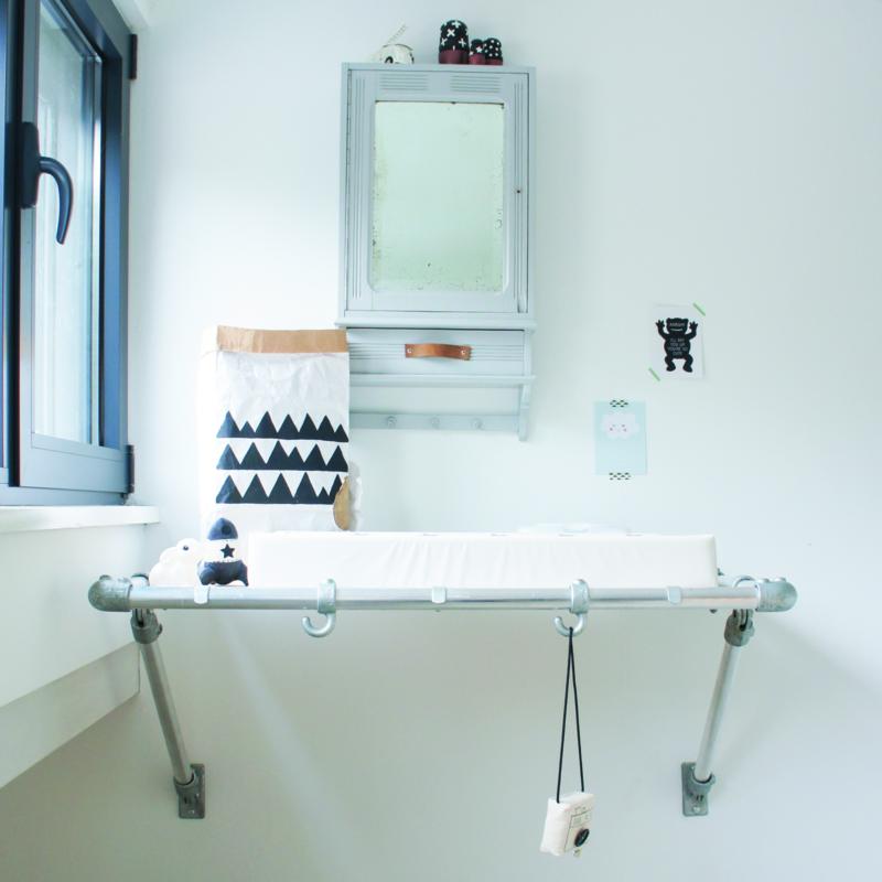 DIY: Hangende commode van steigerbuizen en underlayment