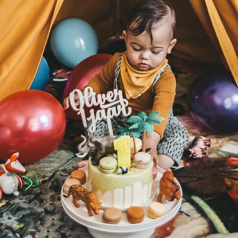 De verjaardagstaart voor de zoon van Interior Junkie | Taarttopper met naam en leeftijd op dripcake van HEMA