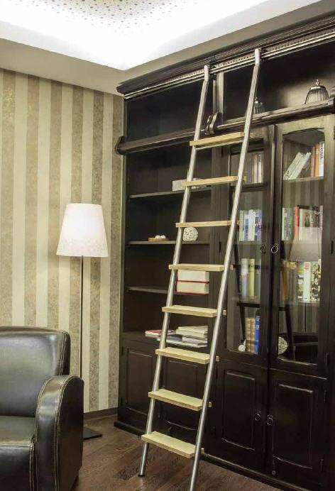 rvs bibliotheekladder met houten treden en geleiderail