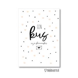 MIEKinvorm ansichtkaart -  Een kus in je brievenbus