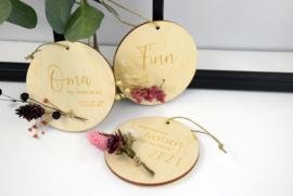 Houten hanger met droogbloemen - gepersonaliseerd