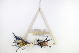 Houten driehoek met naam en droogbloemen