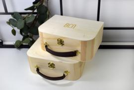 Houten koffertje met lederen handvat - gegraveerd