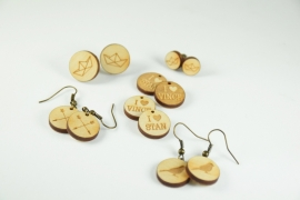 Houten oorbellen op maat gemaakt