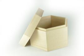 Houten doosje met los deksel - zeshoek - gegraveerd