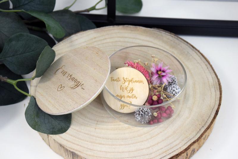 Glazen potje  met een boodschap en  droogbloemen