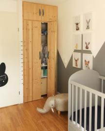Groeimeter sticker in babykamer van Jessica
