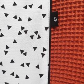 Aankleedkussenhoes wafelstof terracotta rood (roest) - zwart wit triangel