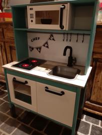 Ikea keukentje van Lenn met magnetron sticker