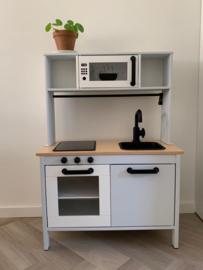 Ikea keukentje licht grijs van Rhodé