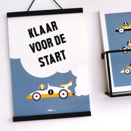 Poster kinderkamer klaar voor de start raceauto -  jeans blauw & oker geel