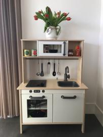 Ikea keukentje van Monique met magnetron + oven sticker