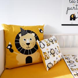 Kussen XL leeuw oker geel - inclusief binnenkussen