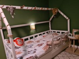 Wandlamp bij bed jungle kamer Sharona