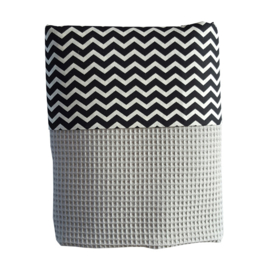 Wiegdeken wafelstof grijs - zwart wit zigzag
