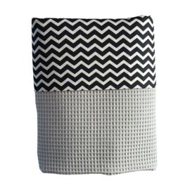Ledikantdeken wafelstof lichtgrijs zwart-wit zigzag