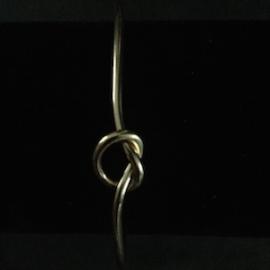 Knoop armband, past altijd, fijn te combineren en mooi door het eenvoudige ontwerp. Kleur goud