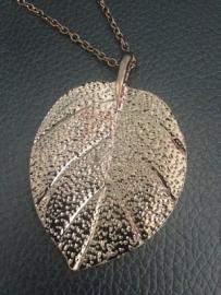 Ketting 'Leaf'  rosé/goudkleurig, 43 cm lang en de hanger  is 3,5 x 4 cm