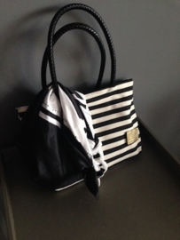 Zwart / wit  tas 'Liz' 37 x 24 cm. Een echte klassieker van stevige canvas stof, met ritssluiting.