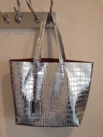 Tas 'Croco' Zilver (45 x 32 cm) met hanger en handig zijvakje aan de binnenkant. Mooi afgewerkt met een donkerbruine voering. Elegante shopper!