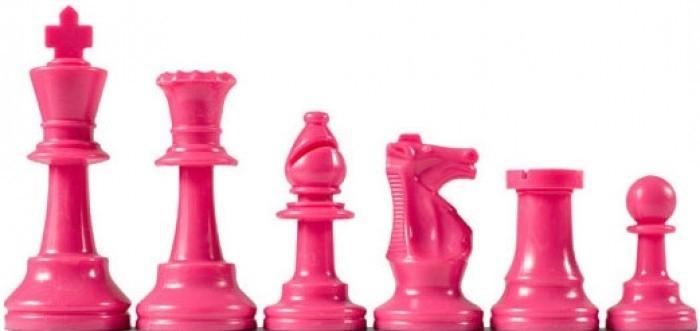 Roze plastic schaakstukken