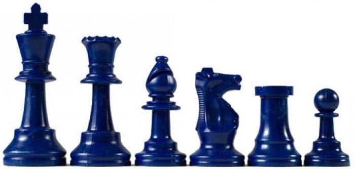 Blauwe plastic schaakstukken
