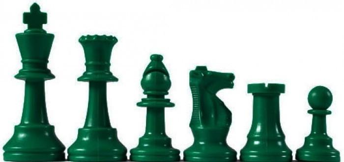 Groene plastic schaakstukken