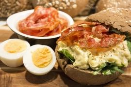 Broodje huisgemaakte eiersalade met spek