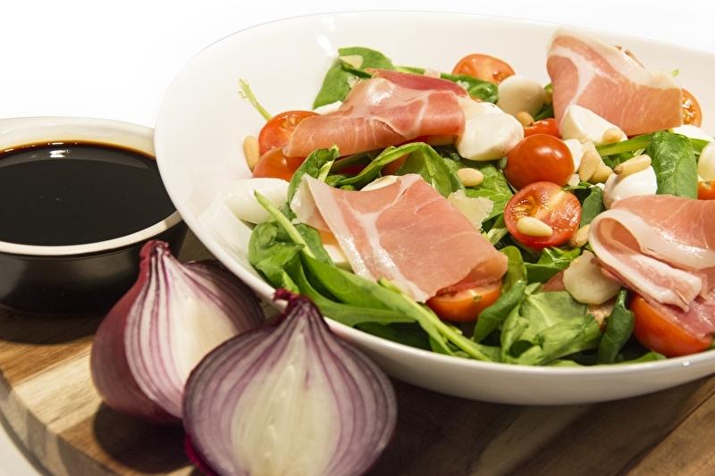 Maaltijdsalade Tomaat/mozzarella met serranoham