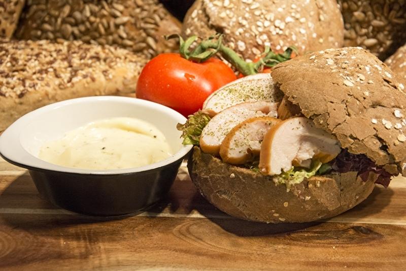 Broodje kip met truffelmayonaise