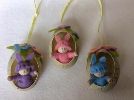 Drie paashaasjes in een ei