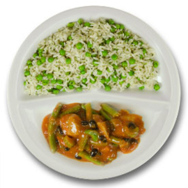 Pikante kip met zwarte boontjes, rijst met zwarte boontjes en doperwten