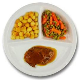 Varkensprocureurlap met vleesjus, gebakken aardappelen, wortelen doperwten