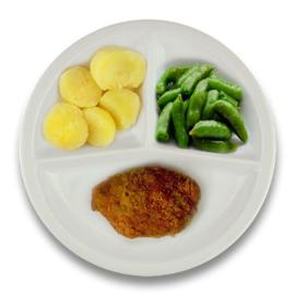 Kipgehakt cordon bleu met jus, gekookte aardappelen, sugar snaps (suikerpeultjes)