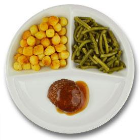 Rundergehaktbal met vleesjus, gebakken aardappelen, sperziebonen