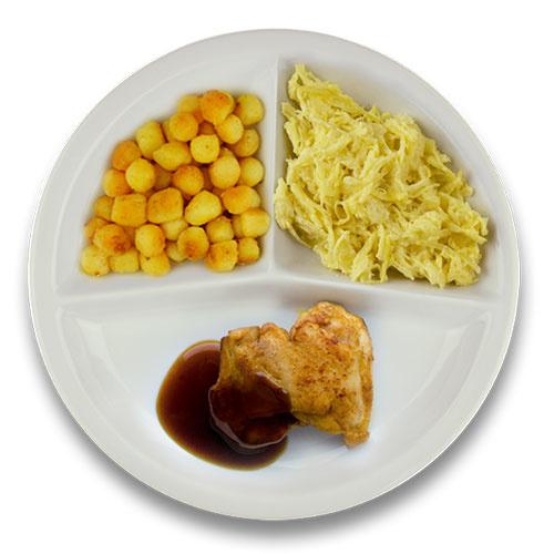 Gebakken kippendijlapje jus, gebakken aardappelen, witte kool met kerrie-appel