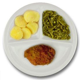 Kip gehakt cordon bleu met vleesjus, gekookte aardappelen, snijbonen