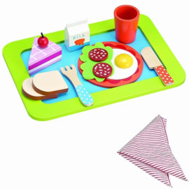 Houten speelgoed eten op dienblad met taart